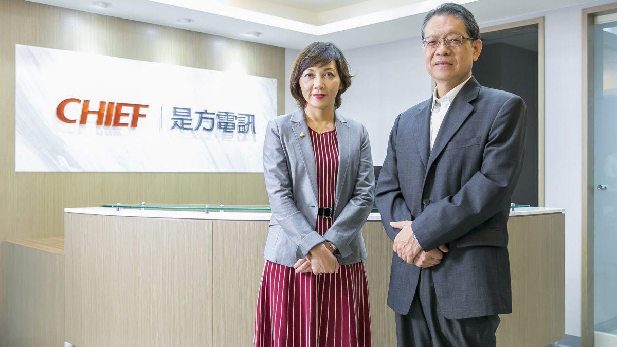 台灣微軟營運暨行銷事業群Microsoft 365 事業部副總經理陳慧蓉(左)、是方電訊規劃處副總經理江文漢(右)